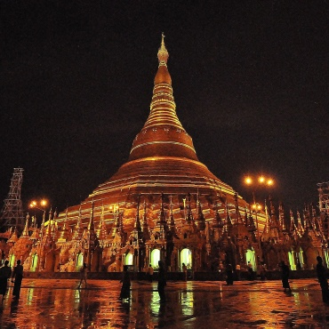 In de avonduren is Shwedagon Pagode betoverend mooi