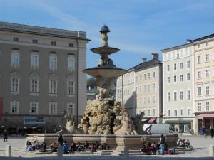 De fontein in de binnenstad figureerde in de Sound of Music, maar is nog altijd een favoriete ontmoetingsplek voor jong en oud.