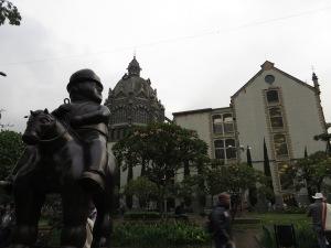 Tijdens de free walking tour hoor je ook grappige verhalen, zoals over het cultureel paleis, dat deels in art nouveaustijl is gebouwd en deels in ... nou ja Colombiaanse bouwstijl.