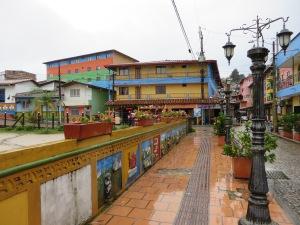 Het dorp dat bij La Piedra del Penol ligt is Guatape, een kleurrijk plaatsje, dat bekend staat om zijn muurschilderingen