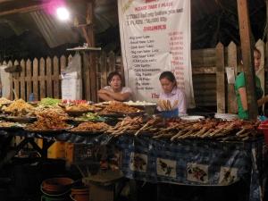 Een van de stalletjes op het food court in Luang Prabang (Laos).