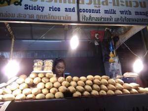 Mango met in kokosmelk gekookte kleefrijst. Zwaar, maar heerlijk dessert.