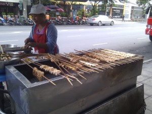 Gebakken banaan met karamelsaus, voor een prikkie te koop op straat in Bangkok.