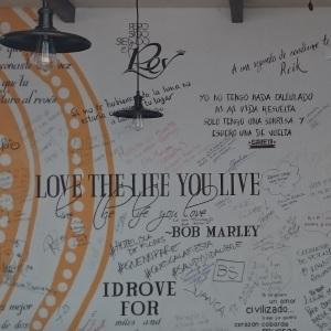 Op reis of niet, deze wijsheid van Bob Marley komt altijd van pas: hou van het leven dat je leidt.