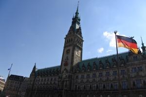 Het Rathaus van Hamburg staat midden in de Altstadt.