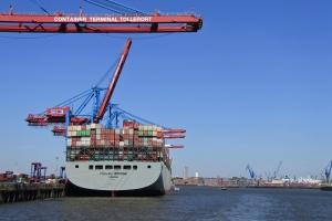 In de haven van Hamburg is het een en al bedrijvigheid.